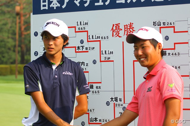 2013年 日本アマチュアゴルフ選手権競技 4日目 大堀裕次郎(左)と杉山知靖 抜群の飛距離を持つ大堀と、コントロール重視の杉山が決勝戦で対戦することになった