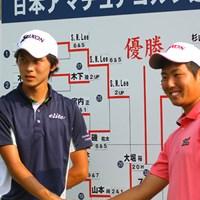 抜群の飛距離を持つ大堀と、コントロール重視の杉山が決勝戦で対戦することになった 2013年 日本アマチュアゴルフ選手権競技 4日目 大堀裕次郎(左)と杉山知靖