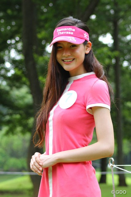 7番ホールで出迎えてくれた長身美女の福吉真璃奈(17)さん 高校生でこの美しさです