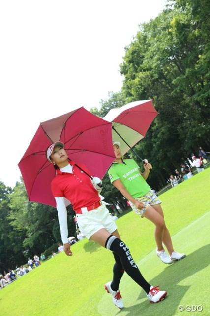 主役はあたしよ。堀ちゃんの顔は傘で隠してやるわ。