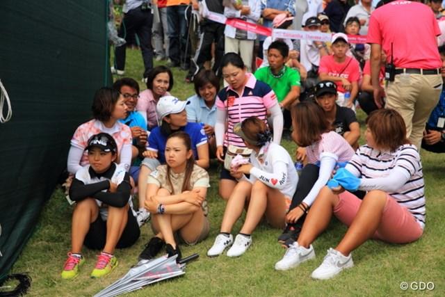 仲間の女子プロ達もプレーオフの結果が気になってじっとしていられなかった。