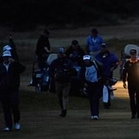 B.ランガーとM.ウィーブ。2人によるプレーオフは、日没により明朝へともつれこんだ(Ross Kinnaird/Getty Images) 2013年 全英シニアオープン 最終日 ベルンハルト・ランガー&マーク・ウィーブ
