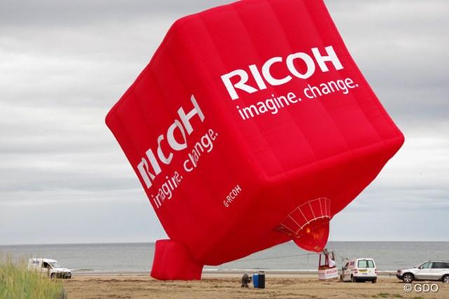 初日から隣接するビーチに大きな気球が揚げられた
