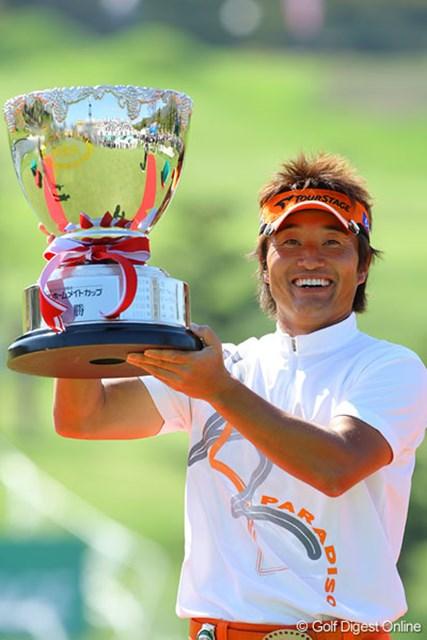 上がり2ホールの連続バーディで逆転優勝した宮本勝昌