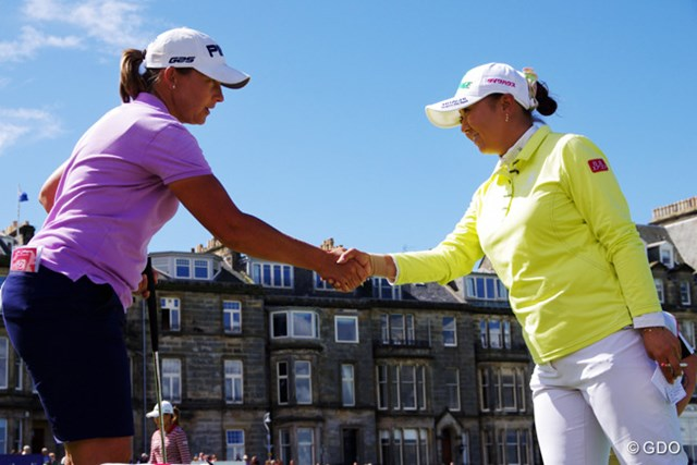 女子選手の多くはホールアウト後にはハグするが、握手で挨拶する選手も。その違いは?