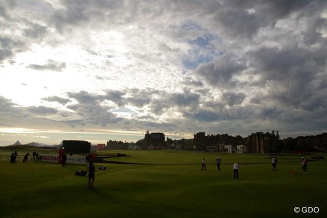 早朝にスタートした選手は、温暖無風状態の絶好のコンディションの下でプレー。午後には強風が吹き始めた