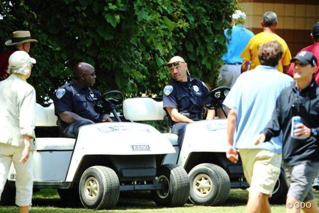 この警官たち怖すぎ。どっちかというと捕まる方に見える。