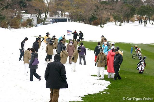 第1組でスタートした三塚優子。さっそく1打目が雪に入り、大勢で捜索したが見つからなかった。