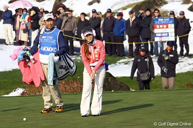 第11組の上田桃子が18番に来る頃には、太陽が顔を出し温かくなってきた。