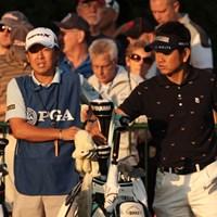 初日のスタートは午前7時過ぎ。朝焼けが残る時間帯だった。 2013年 全米プロゴルフ選手権 初日 藤田寛之、梅原敦キャディ