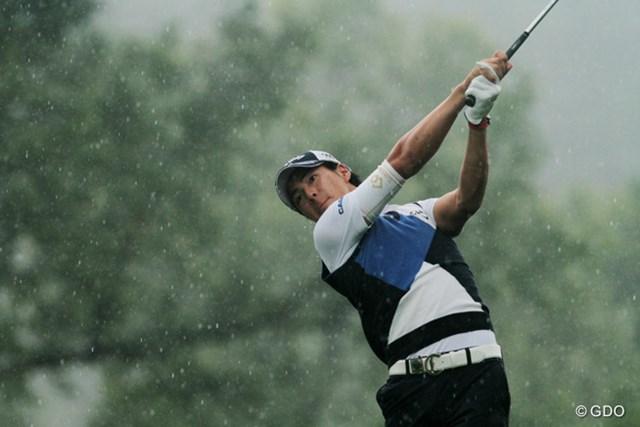 午前中は大粒の雨が。午後には晴天になるからゴルフトーナメントは難しい。