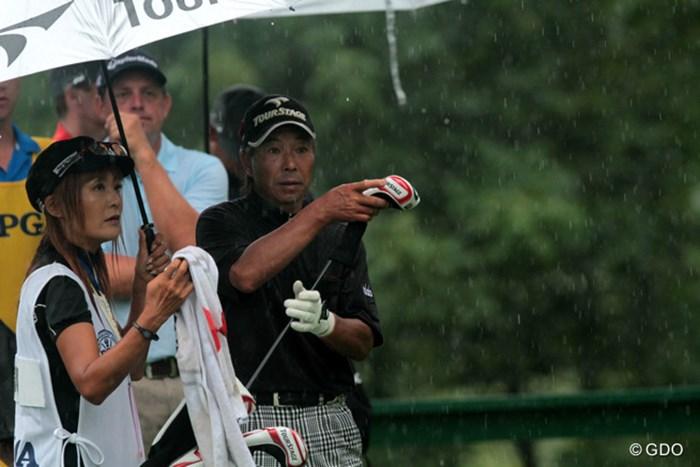 雨中での戦いで懸命にフェアウェイウッドを振り切って戦った。 2013年 全米プロゴルフ選手権 2日目 井戸木鴻樹