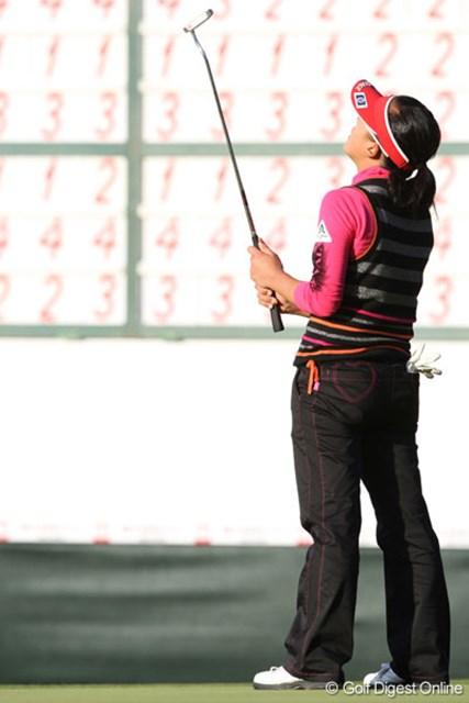 最終18番でパーパットを外し、今季2勝目を逃した有村智恵。思わず天を仰いだ