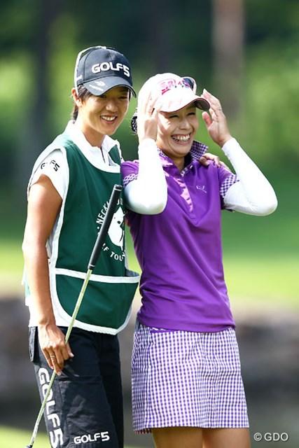 2013年 NEC軽井沢72ゴルフトーナメント 2日目 豊永志帆 18ホール終えてストレス解放の笑顔?