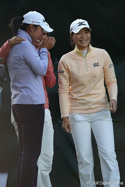 有村がボギーとして優勝が決まった瞬間。服部真夕(右)が笑い、三塚優子が涙