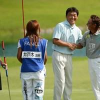 互いの健闘を讃え合う2選手。羽川はこのあと愛息の宜宏さん(キャディ)と喜びを分かち合った ※画像提供:日本プロゴルフ協会 2013年 ファンケルクラシック 最終日 羽川豊