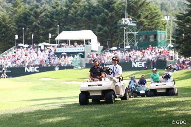 2013年 NEC軽井沢72ゴルフトーナメント 最終日 成田美寿々&リ・エスド プレーオフは競技委員のカートに乗って18番ティグラウンドへ