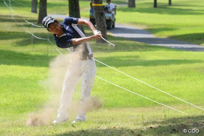 アマチュアの伊波宏隆が、豪快にスライスをかけてナイスパーセーブ 2013年 関西オープンゴルフ選手権競技 初日 伊波宏隆