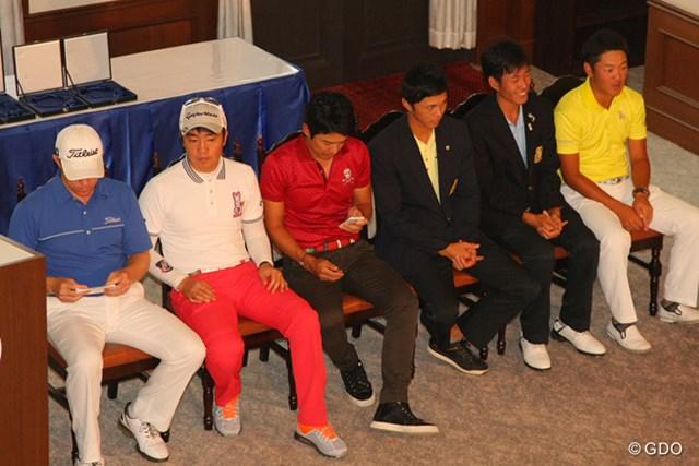 2013年 関西オープン 最終日 ブラッド・ケネディ 表彰式を待つ選手たち。左のケネディはスピーチ用のメモを必死に覚えようとしている