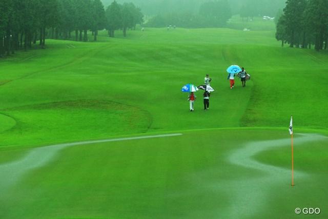 9:39、降雨によるサスペンデッドでクラブハウスに引き上げる選手達。