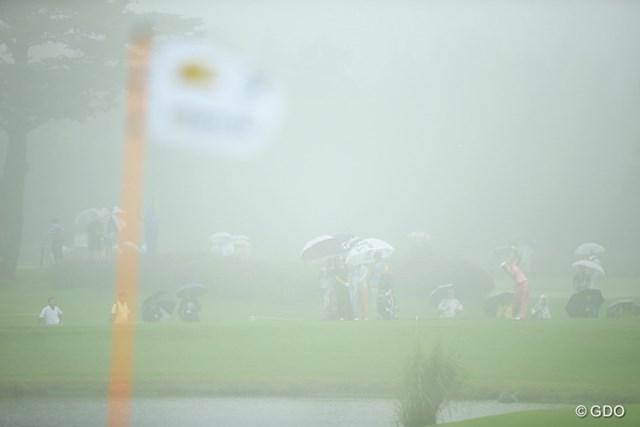 雨が止めば、時折霧も。Par3のグリーンから撮影しましたが、選手はピンが見えてるのかな?