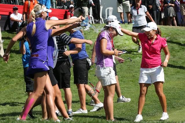 大会2連覇を達成し、先輩プロたちに祝福されるリディア・コー(Stephen Dunn/Getty Images)