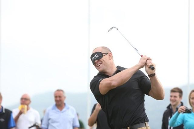 2013年 ISPS ハンダ・ウェールズ・オープン 事前 マイク・ティンダル ゴルフクリニックで目隠しをしてショットを放つコーチのマイク・ティンダル(EuropeanTour)