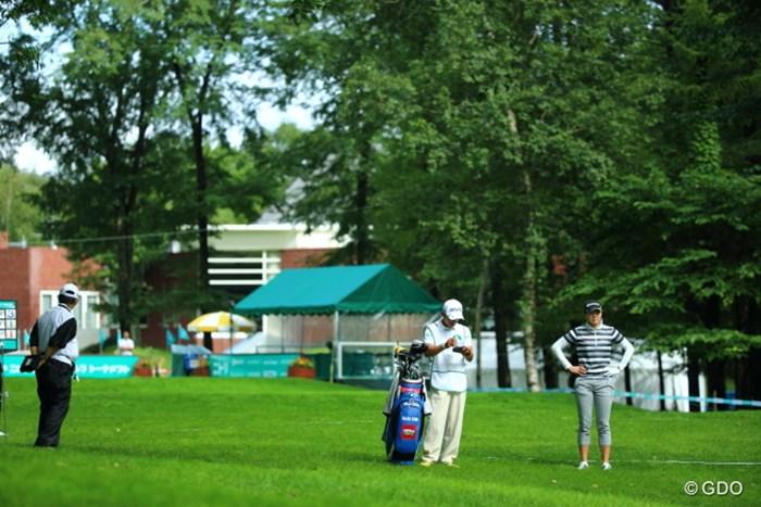まるでティーショットをチョロったかの光景。実はすぐ前の木に当ててしまったの。 2013年 ニトリレディスゴルフトーナメント 初日 キム・ナリ