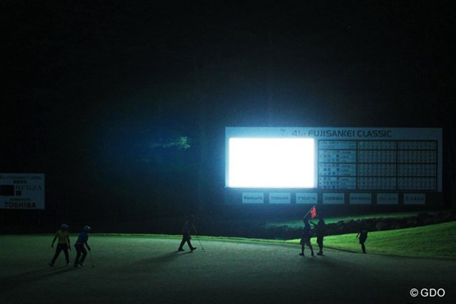 2013年 フジサンケイクラシック 初日 18番グリーン 日没してもまだプレー…暗闇の中でのプレーはスコアボードの光が頼りだった。