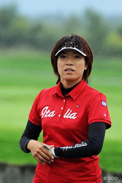 17番グリーン脇のスコアボードを真剣に見つめるシホ姐さん。前半5アンダーの鬼ゴルフで20人をゴボウ抜き~!筋肉ガール恐るべし…。4位T