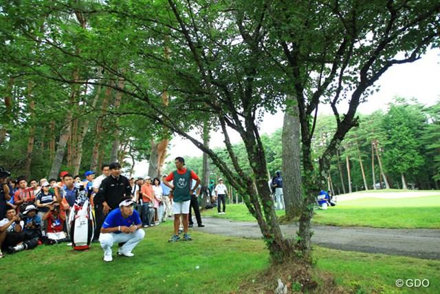 最終18番のティショットは右の林の中へ。