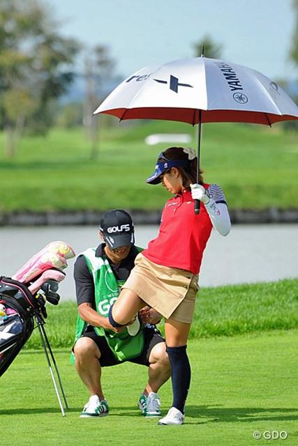 2013年 ゴルフ5レディスプロゴルフトーナメント 最終日 中村香織 ん?なんか怪しいことしてへんか?なんとか1つスコアを伸ばしたけど、優勝するには最終日に悪くとも60台は出さんと厳しいわなァ、かおりちゃん!12位T