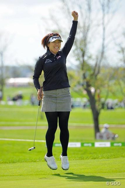 2013年 ゴルフ5レディスプロゴルフトーナメント 最終日 大山志保 こんなことが出来るのはシホ姐さんだけです!この写真を撮ったカメラマンが他にいなかったんで、マジで「姐さん勝ってくれ」と願ったんやけど…。残念。