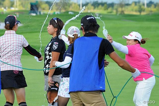 2013年 ゴルフ5レディスプロゴルフトーナメント 最終日 吉田弓美子 優勝を決めた瞬間、ミネラルウォターの強烈な顔面シャワーを直立不動で受け止めるヨッシーでありました。あんたは強い。これからはヨッシー姐さんと呼ばせてもらいます。押忍!