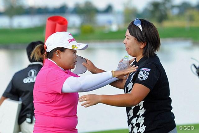 2013年 ゴルフ5レディスプロゴルフトーナメント 最終日 吉田弓美子、アン・ソンジュ ずぶ濡れになったウエアで抱きつこうとするヨッシー姐さんを、腰が引けながらも押しとどめるアンソンでありました。決してケンカしてる訳ではありませんでェ。