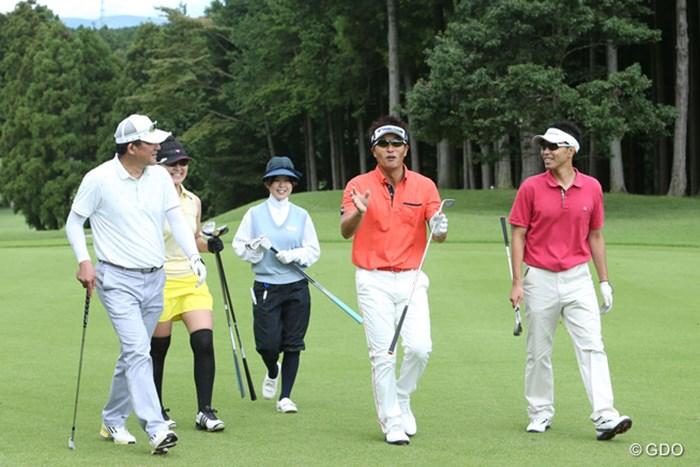参加したアマチュアゴルファーたちとレッスンラウンド。和気藹々とした空気に包まれた 2013年 「JINS CHALLENGE」 宮本勝昌