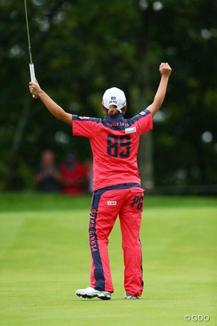 両手を高々とあげ、うれしいうれしい優勝の瞬間