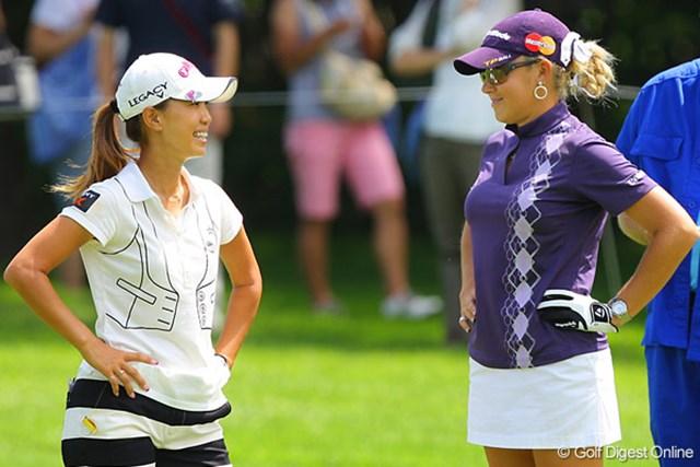 ラウンド中、何度も顔を見合わせ談笑する上田桃子とナタリー・ガルビス