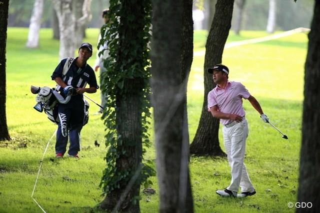 2013 ANAオープンゴルフトーナメント 初日 横田真一 最終ホールで林の中から脱出に3打。一気に貯金を吐き出した。