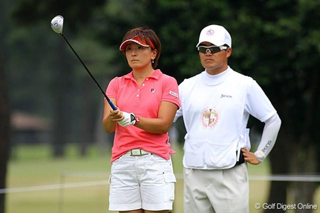 コーチのジェイ・ユーン氏をキャディに従え、2位タイの好発進をした茂木宏美