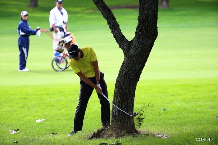 クラブが折れても…でもまだスタートして2ホール目ですけど。  2013年 ANAオープンゴルフトーナメント 最終日 エリック・チャン