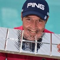 ツアー通算2勝目のJ.ケンは、大会スポンサーの有名チョコレートをガブリ(Getty Images) 2013年 イタリアオープン 最終日 ジュリアン・ケン