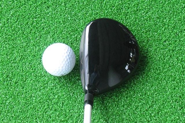 新製品レポート キャロウェイ レガシー ブラック フェアウェイウッド オーソドックスなヘッド形状で、フェース面が黒く塗装されている
