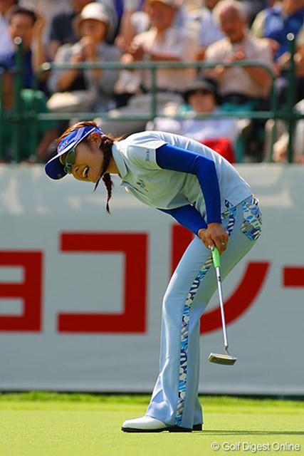 プレーオフ進出のバーディパットがカップをなめ、悔しがる藤田幸希