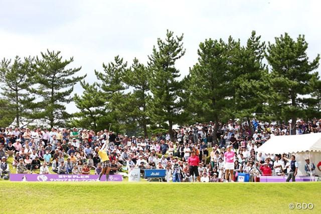 2013年 ミヤギテレビ杯ダンロップ女子オープンゴルフトーナメント 最終日 宮里藍 表純子 浅間生恵 10番のティグランドはご覧のとおりギャラリーで埋め尽くされてます