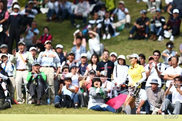 2013年 ミヤギテレビ杯ダンロップ女子オープンゴルフトーナメント 最終日 宮里藍 13番ではチップインバーディ後ろのギャラリーも大喜び
