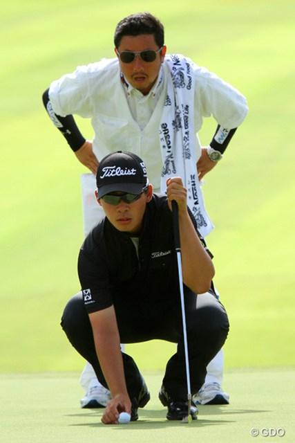 2013年 アジアパシフィックゴルフチャンピオンシップ パナソニックオープン 最終日 川村昌弘 最終18番でイーグルパットのラインを読む川村昌弘。最終日は全身ブラックが勝負服だ。