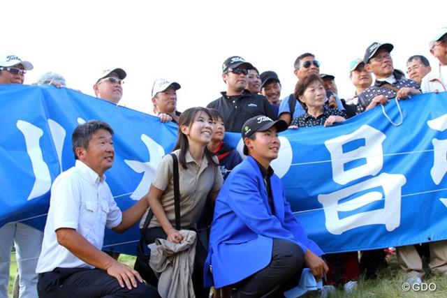 2013年 アジアパシフィックゴルフチャンピオンシップ パナソニックオープン 最終日 川村昌弘 両親や応援団とともに記念写真。