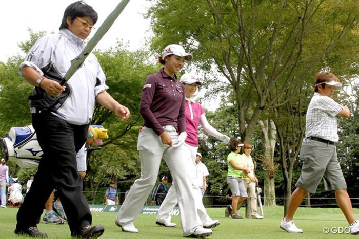 師事する岡本綾子が帯同する中、9ホールの練習ラウンドをこなした森田理香子 2013年 日本女子オープンゴルフ選手権競技 事前 森田理香子&岡本綾子