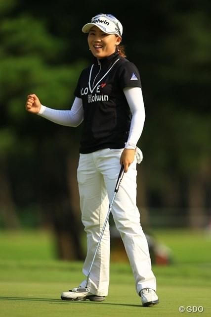 2013年 日本女子オープンゴルフ選手権競技 初日 イ・ナリ 難しいパーセービングでガッツポーズ!先週のチャンピオンは1アンダーフィニッシュ?と思いきや、ペナルティで2ペナはもったいなかったです。